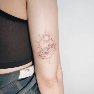 誰說閨蜜刺青要一樣?太陽、宇宙、沙漏,相同元素卻保有個人特色的閨蜜刺青