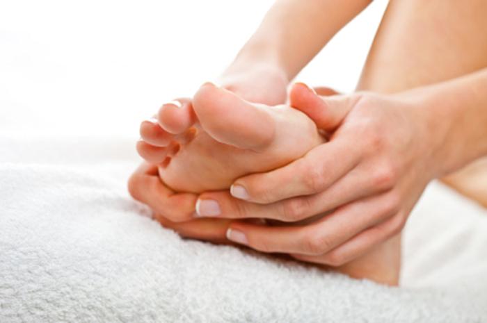 Massage plantaire après avoir marché