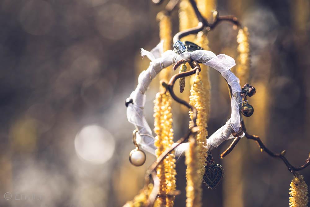 Envild vitt boho-armband, hippie-armband. Armband av tyg, ståltråd och pärlor. Återbruk.