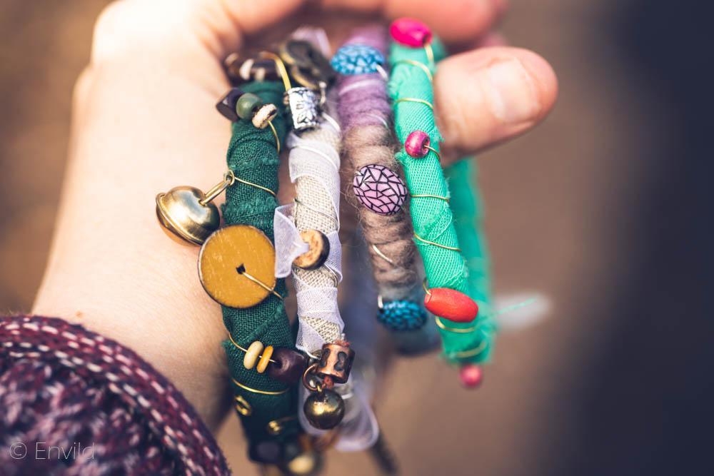 Envild boho-armband, hippie-armband. Armband av tyg, ståltråd och pärlor. Återbruk.