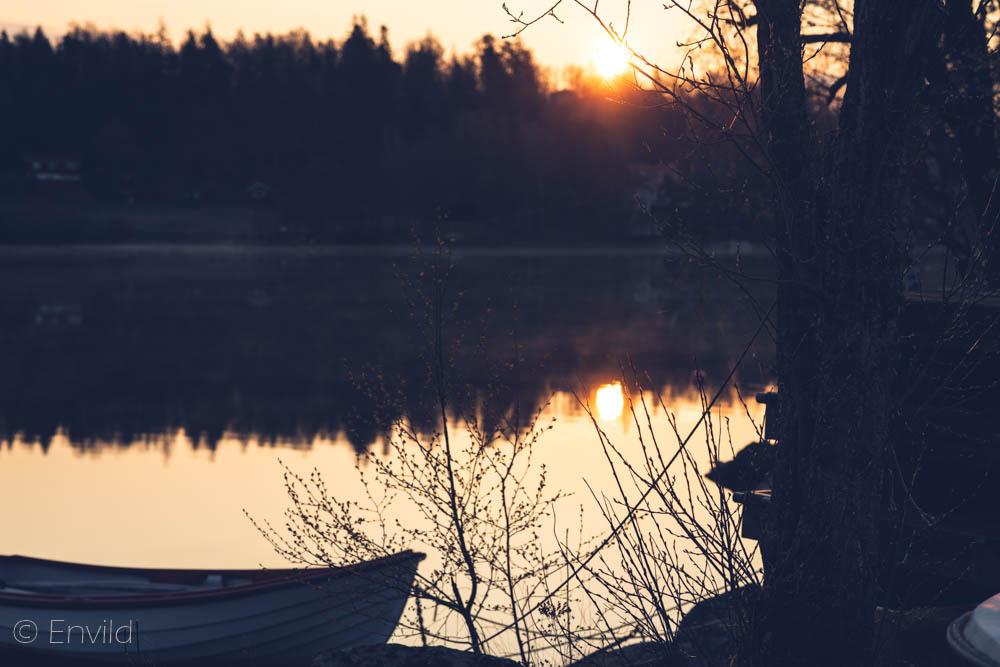 Fotografera soluppgång kl 05 i maj månad vid sjön Mjörn, Lerums Kommun. Foto Johanna Ene 2021.