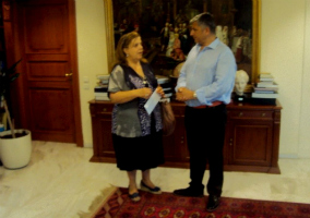 Ο δήμαρχος Αμαρουσίου Γ. Πατούλης, με τη διευθύντρια του Αμαλίειου Οικοτροφείου Αθ. Μουμουλίδου, κατά τη παράδοση του φακέλου με τα εισιτήρια