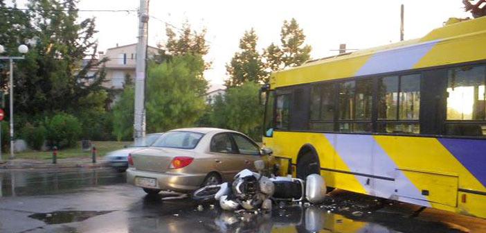 Σύγκρουση τριών οχημάτων λόγω ολισθηρού οδοστρώματος