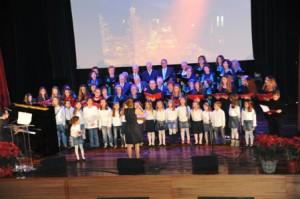 Χορωδία του ΠΕΑΠ τραγουδά στην εκδήλωση για το άναμμα του Χριστουγεννιάτικου Δέντρου