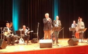 Ο Γ. Σταθόπουλος στον χαιρετισμό του στη συναυλία με τον Γ. Ανδρεάτο