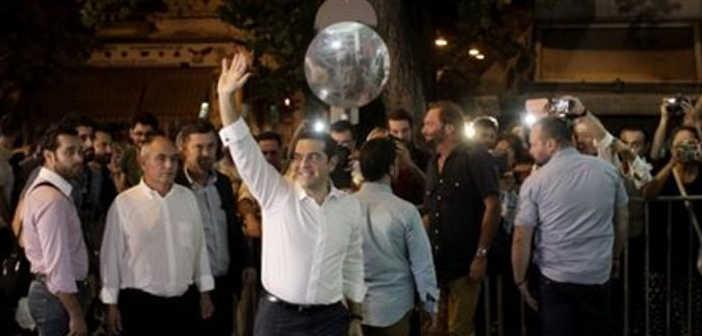 Στα γραφεία του ΣΥΡΙΖΑ εν μέσω επευφημιών ο Αλέξης Τσίπρας