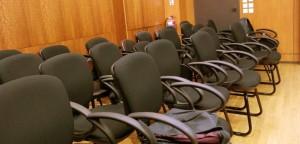 Άδεια τα καθίσματα των πολιτών