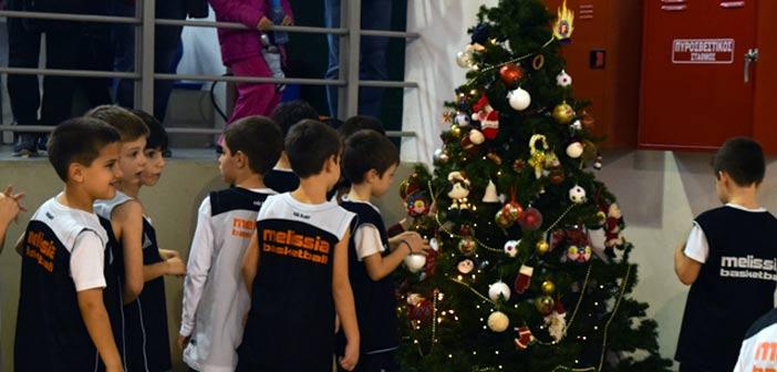 Οι «μπόμπιρες» του ΚΑΟ στολίζουν το χριστουγεννιάτικο δένδρο του Συλλόγου