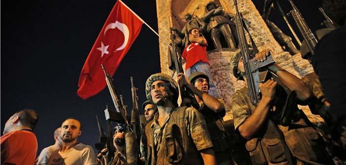 «Όρθιος» ο Ερντογάν απέναντι στο πραξικόπημα