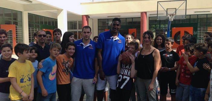 Η ομάδα μπάσκετ του Χολαργού στα 1ο και 2ο Γυμνάσια της πόλης