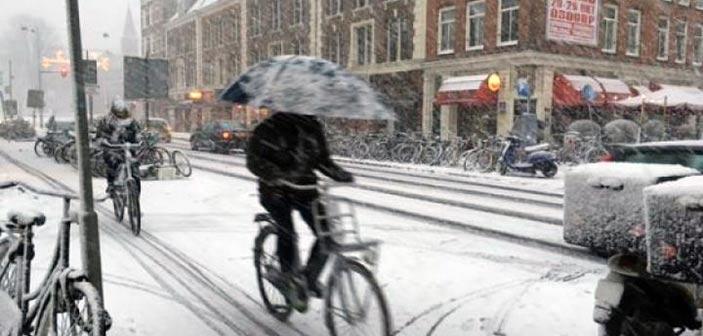 Τα χιόνια «παρέλυσαν» την Ολλανδία