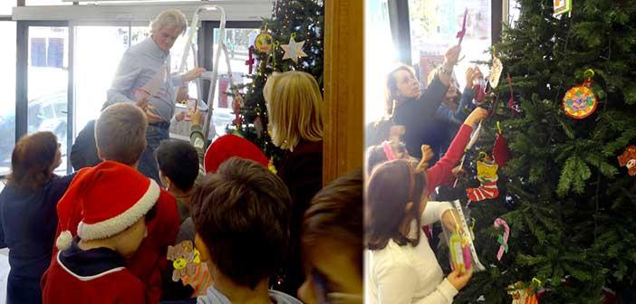 Μαθητές στόλισαν το χριστουγεννιάτικο δένδρο στο δημαρχείο Ν. Ιωνίας
