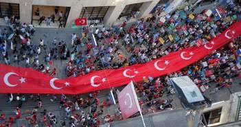 Τουρκία: Πρωτιά Ερντογάν – Βγήκαν στους δρόμους οι οπαδοί του