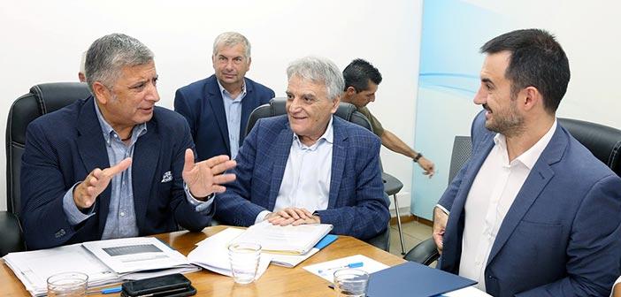 «Κλεισθένης Ι», θεσμικά και οικονομικά θέματα στο επίκεντρο της συνάντησης ΚΕΔΕ – Αλ. Χαρίτση – Για προσλήψεις στους Δήμους δεσμεύτηκε ο υπουργός