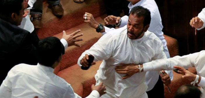 Άγριο ξύλο, γροθιές και μαχαιρώματα στο κοινοβούλιο της Σρι Λάνκα