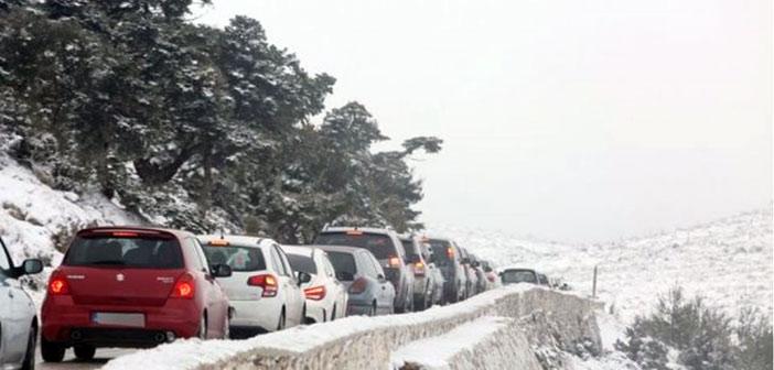 Μποτιλιάρισμα σε Πεντέλη και Πάρνηθα από εκδρομείς που θέλησαν να χαρούν το χιόνι
