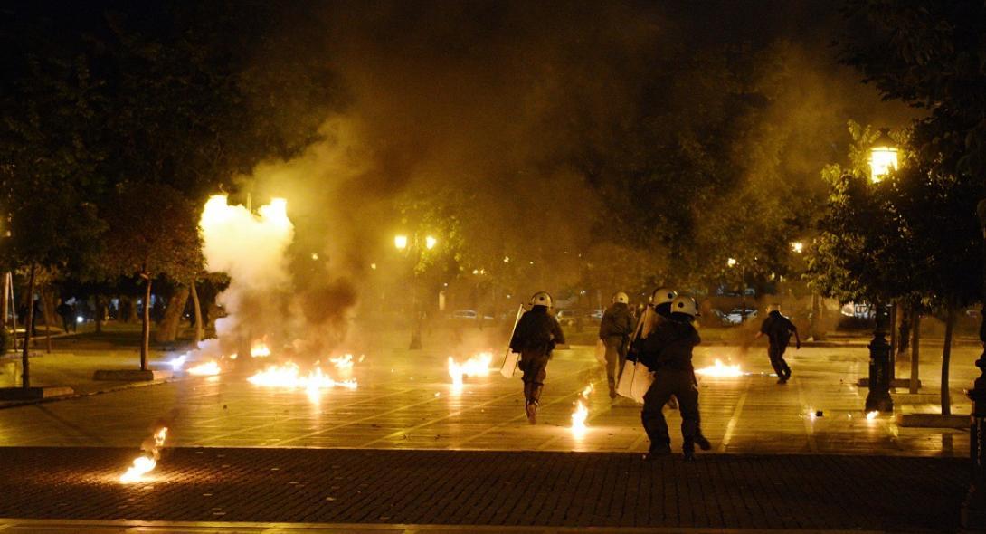 Σοβαρά επεισόδια με μολότοφ στη Θεσσαλονίκη μετά την πορεία για τον Κουφοντίνα