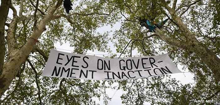 Έφηβοι διαδηλωτές υπέρ του κλίματος έβαλαν στο στόχαστρό τους το βρετανικό κοινοβούλιο