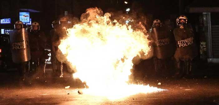 Επίθεση με μολότοφ στη διμοιρία των ΜΑΤ στη Χαριλάου Τρικούπη