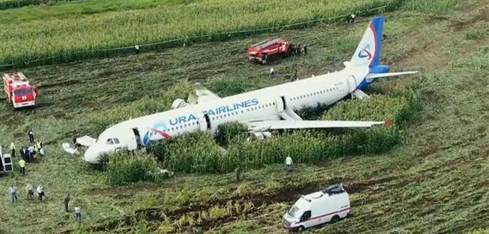«Δεν είμαι ήρωας» δηλώνει ο Ρώσος πιλότος που προσγείωσε το αεροσκάφος σε χωράφι