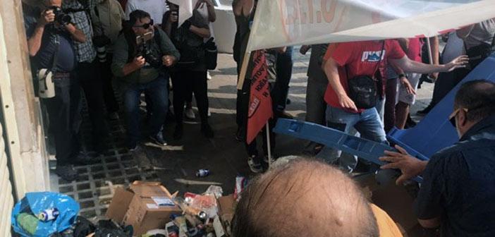 Συγκέντρωση ΠΟΕ-ΟΤΑ: Πέταξαν σκουπίδια στην είσοδο του υπουργείου Εσωτερικών