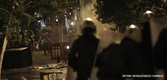 Εξάρχεια: Επίθεση κατά διμοιρίας των ΜΑΤ, τραυματίας ένας αστυνομικός