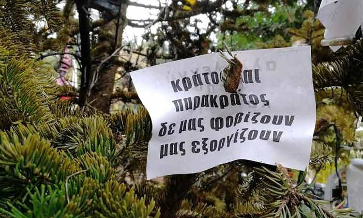 Οι αντιεξουσιαστές «στόλισαν» το δένδρο στα Εξάρχεια