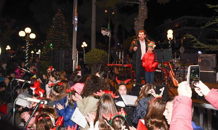 Φωταγωγήθηκε το χριστουγεννιάτικο δένδρο στην Πεύκη