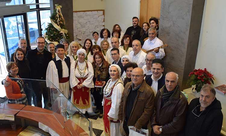 Παραδοσιακά πρωτοχρονιάτικα κάλαντα από τους Ρουμελιώτες στη δήμαρχο Νέας Ιωνίας