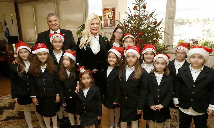 Ευχές και κάλαντα των Χριστουγέννων στον περιφερειάρχη Αττικής από συλλόγους και χορωδίες
