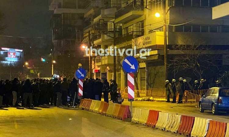 Συγκέντρωση ΠΑΟΚτσήδων έξω από τα γραφεία της ΝΔ – Απειλεί με ανεξαρτητοποίηση ο Ζαγοράκης