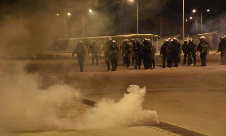 Σοβαρά επεισόδια σε Χίο και Μυτιλήνη για τις κλειστές δομές – Συγκρούσεις κατοίκων με τα ΜΑΤ