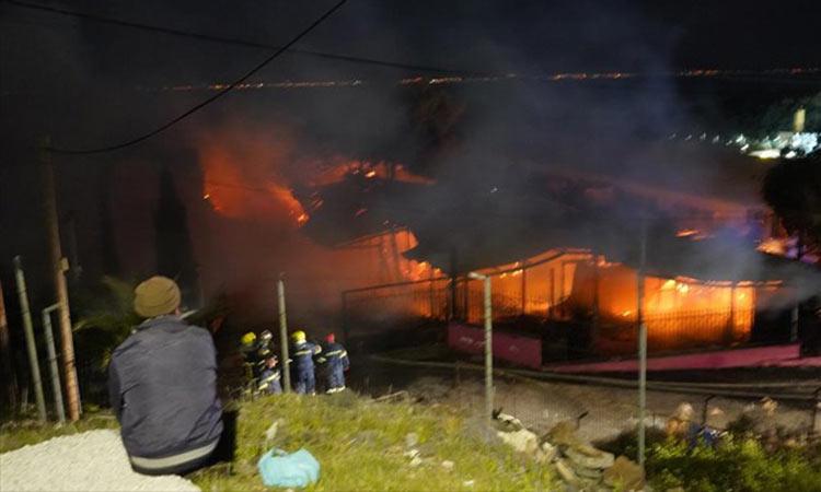 Μυτιλήνη: Εμπρησμός η πυρκαγιά σε δομή για αιτούντες άσυλο στο Καρά Τεπέ – Τρεις οι δράστες