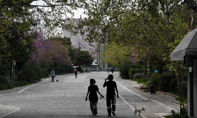 «Bloomberg»: Οι ταπεινοί Έλληνες δείχνουν στον κόσμο πώς να διαχειριστεί την πανδημία