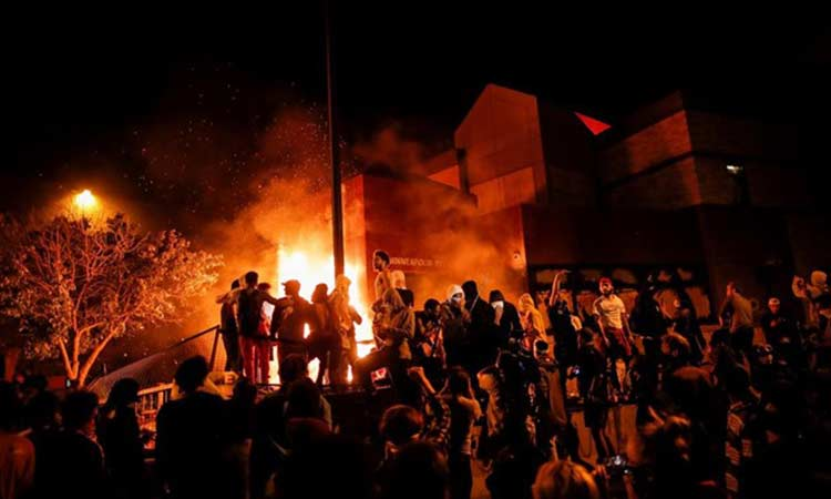 «I can't breath»: Νύχτα οργής ξανά στη Μινεάπολη