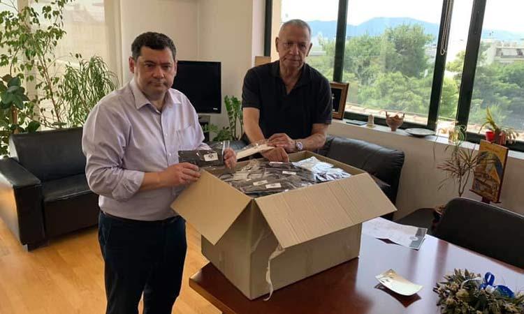 Ο Π. Καμάρας παρέδωσε 400 μάσκες στον δήμαρχο Λυκόβρυσης – Πεύκης
