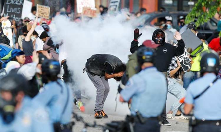 ΗΠΑ: Πεδίο μάχης η Μινεάπολη για τον θάνατο Αφροαμερικανού από αστυνομικούς