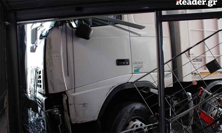 Τραγωδία: Οδηγός έπαθε έμφραγμα στο τιμόνι και το φορτηγό κατέληξε σε κτήριο στην Πειραιώς