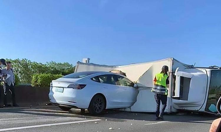 Η σοκαριστική στιγμή που ένα Model 3 της Tesla «καρφώνεται» σε φορτηγό σε αυτοκινητόδρομο