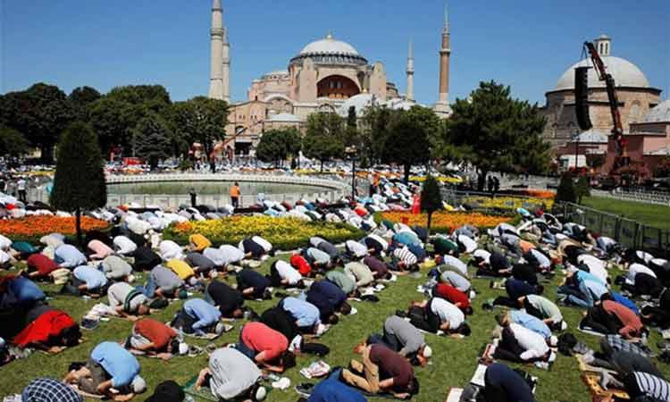 Χιλιάδες μουσουλμάνοι στην Αγία Σοφία – Με ύφος σουλτάνου ο Ερντογάν