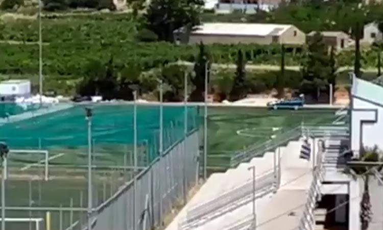 Ανεγκέφαλος μετέτρεψε το ανακαινισμένο διαδημοτικό γήπεδο Λυκόβρυσης-Μεταμόρφωσης σε πίστα αυτοκινήτου! (βίντεο)