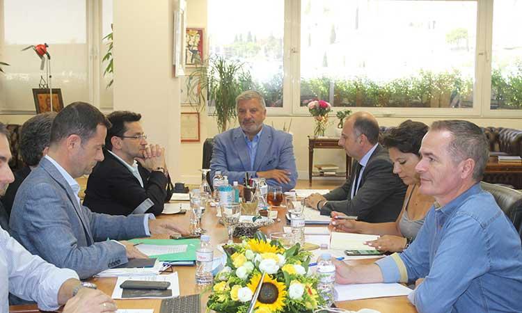 Ο περιφερειάρχης Αττικής υπέγραψε την απόφαση έγκρισης χρηματοδότησης για την επέκταση του αμαξοστασίου ΤΡΑΜ στο Ελληνικό