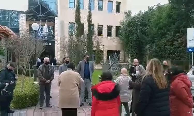 Ευχές και κάλαντα από μέλη του ΚΔΑΠ ΑμεΑ «Κρίκος» στο δημαρχείο Βριλησσίων