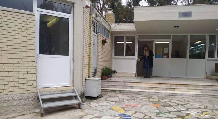 Με νέα αποχωρητήρια και λειτουργική πόρτα στο γραφείο της διεύθυνσης το Νηπιαγωγείο Φιλοθέης