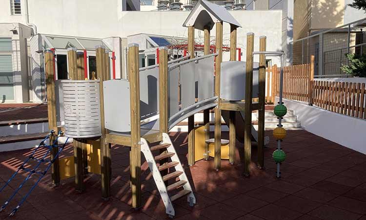 Με νέα παιχνίδια οι αύλειοι χώροι τριών νηπιαγωγείων του Δήμου Πεντέλης