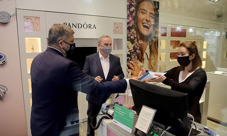 Γ. Πατούλης, Γ. Χατζηθεοδοσίου και Ν. Παπαθανάσης διένειμαν υγειονομικό υλικό σε εμπορικά καταστήματα