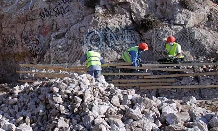 Σε εξέλιξη οι εργασίες στον οδικό άξονα Βάρκιζας-Σουνίου με στόχο να παραδοθεί στην κυκλοφορία στις 23/4