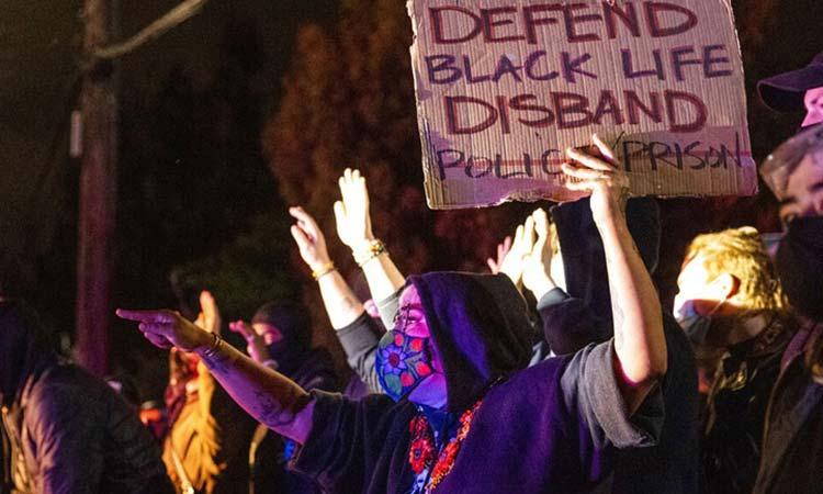 ΗΠΑ: Προετοιμάζονται για διαδηλώσεις και ταραχές ενόψει της απόφασης των ενόρκων για τη δολοφονία Φλόιντ