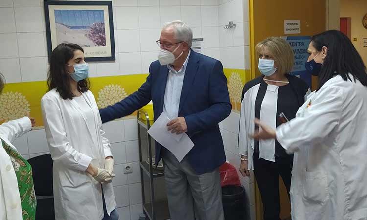 Στο Κέντρο Υγείας Αμαρουσίου εμβολιάστηκε ο δήμαρχος Αμαρουσίου Θεόδωρος Αμπατζόγλου