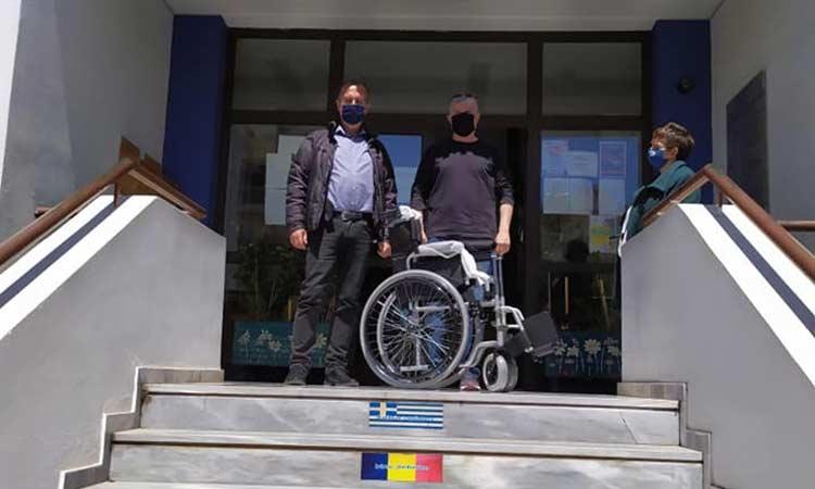 Σε αναπηρικό αμαξίδιο μετατράπηκαν τα πλαστικά καπάκια στο Ηράκλειο